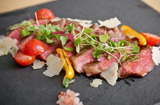丸中和牛の赤身ステーキ地元野菜添え